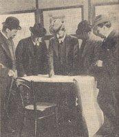 V. Pica, il prof. Tesorone, l'architetto Basile, D. Trentacoste, Ducrot, attorno a un tavolo