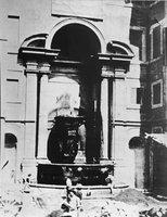 La fontana demolita per la costruzione dell'aula attuale