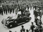 Einaudi giunge a Montecitorio a bordo dell'automobile presidenziale per prestare giuramento come presidente della Repubblica; accanto a lui Andreotti