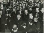 Einaudi, circondato da numerose personalità e funzionari, accolto da Gronchi, giunge a Montecitorio per prestare giuramento come presidente della Repubblica