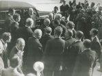 Il nuovo capo dello Stato Einaudi giunge a Montecitorio per la cerimonia del giuramento; tra la folla che lo circonda si intravedono Andreotti e Gronchi