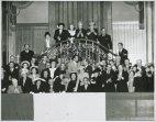 Folla elegantemente vestiva applaude durante la cerimonia del giuramento di Luigi Einaudi (fuori campo)