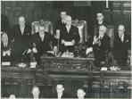 Il capo dello Stato Luigi Einaudi tiene un discorso dopo il giuramento; accanto a lui ci sono Gronchi e Bonomi che applaude; tra i presenti si riconoscono Mattarella e Scoccimarro; De Gasperi e Pacciardi sono nei sottostanti banchi del governo