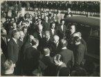 Einaudi giunge a Montecitorio per la cerimonia del giuramento e saluta alcune personalità; accanto a lui, Gronchi