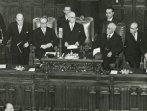 Il capo dello Stato Einaudi legge un discorso dopo il giuramento come presidente della Repubblica; accanto a lui ci sono Gronchi e Bonomi; di lato e dietro si vedono Soccimarro e Mattarella;