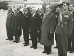 Il presidente del Consiglio Antonio Segni, accompagnato da un gruppo di politici, rende omaggio alla tomba del Milite Ignoto al Vittoriano